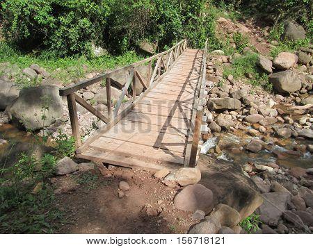 Puente de madera en media montaña de la selva