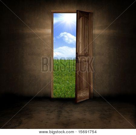 Einem dunklen Hintergrund Raum mit einer Türöffnung an einem schönen Sommertag