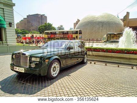 Tsim Sha Tsui, Hong Kong - February 9, 2016: A Rolls Royce Phantom Is Parked In Front Of The Entranc