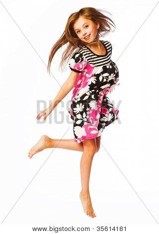 Mädchen springt auf weißem Hintergrund