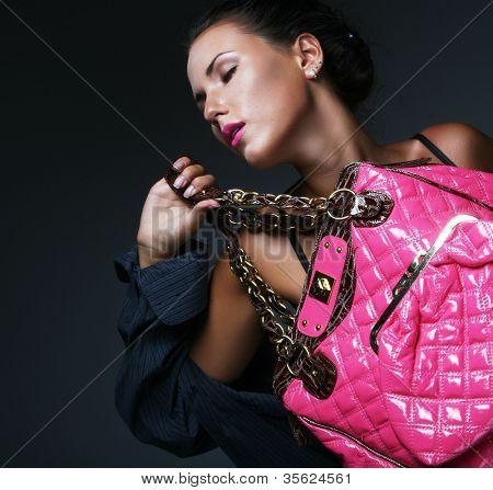 Fotomodell mit Tasche. posiert im studio