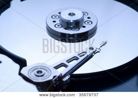Nahaufnahme Makro von einer geöffneten Computer-Festplatte.