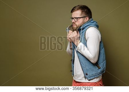 Attractive Bearded Man Wearing Glasses Is Very Froze, He Takes Refuge In Bewilderment And Perplexity