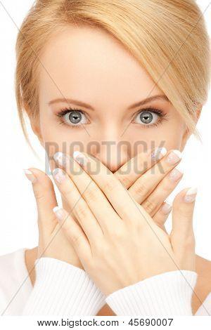 Foto de mujer sorprendida con la mano sobre la boca.
