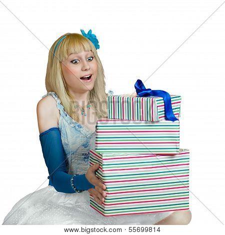 benommen Mädchen mit Geschenkboxen in Händen