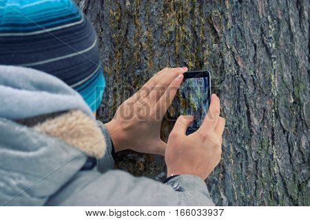 man take photogrophes with his mobile phone