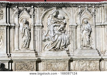 Detail of Fonte Gaia (fountain of joy) with the Virgin Mary and baby Jesus. Piazza del Campo (Campo square). Siena Toscana (Tuscany) Italy