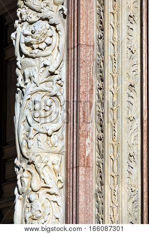 Detail of columns with bas-reliefs of the Siena Cathedral (Santa Maria Assunta) 1220-1370. Toscana (Tuscany) Italy Europe