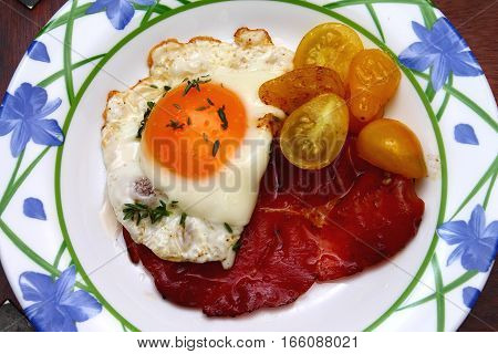 Calorie breakfast - fried egg - ham and eggs
