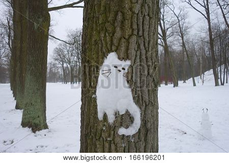 Snow cat on a tree in Alexander Park in Tsarskoye Selo