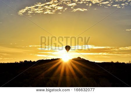 kapadokya da çekilmiş gündoğumu ve balon silüet fotoğrafı
