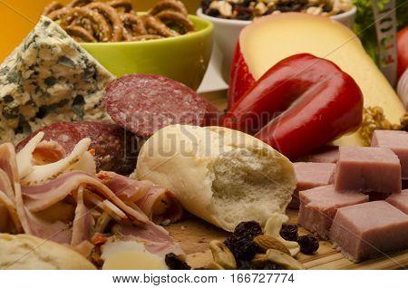 acercamiento picada de fiambres y quesos para degustar