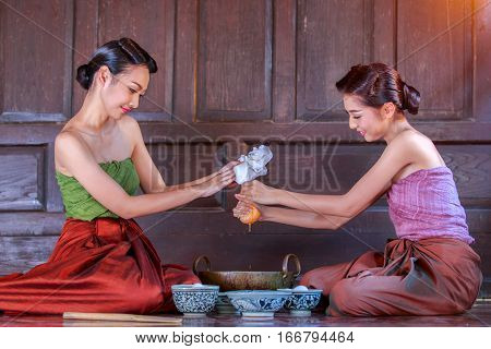 Thailand women dressed in ancient Thailand are helping to make the dessert of Thailand candy doonghiib golden ball candy candy FOI.