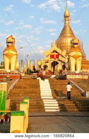Maha Wizaya Paya pagoda at Yangon on Myanmar