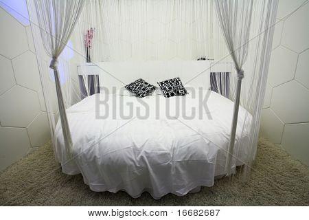モダンなリビング ルーム キングサイズ ベッド