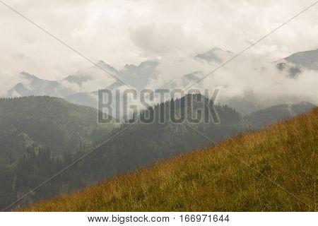 Zachmurzone niebo i osłonięte obłokami szczyty tatr
