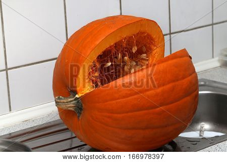 Pumkin / Cut the pumpkin on the table
