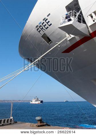 Boeg op de ligplaats van cruise schip in tour in de pier van de haven van Messina