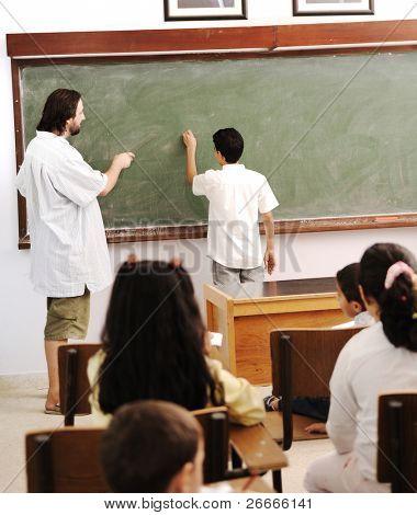 Kinder in der Schule, Klassenzimmer mit einem Lehrer