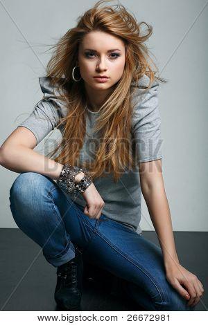 Ein Foto von schönen Mädchen ist in Mode-Stil, glamur