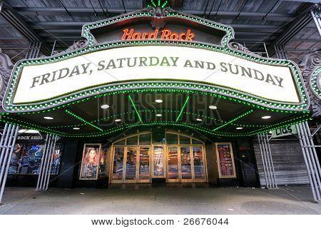 NEW YORK CITY - 27 de junio: Sitio de la antigua se encuentra el Teatro Paramount, este hito Hard Rock Cafe