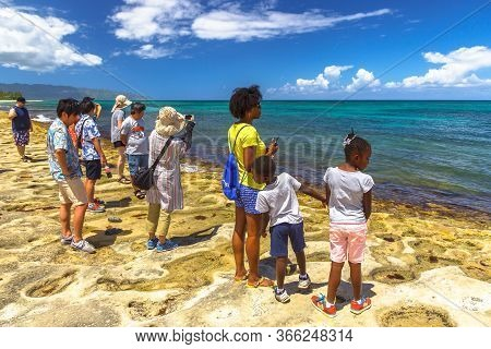Oahu Island, Hawaii, United States - August 26, 2016: Tourist Families In The Oahu North Shore In Ha