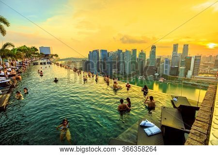Singapore - May 3, 2018: Couples And Tourists Take Selfie Inside Famous Infinity Pool Of Skypark Tha