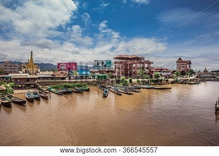 Canton De Nyaungshwe, Myanmar. July 31, 2019: Inle Boat Station In Inle Nyaung Shwe Canal. A Series