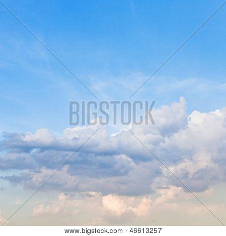 Nuvens Stratus luz no céu azul de primavera
