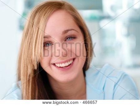 Gelukkig lachend meisje met de blauwe achtergrond