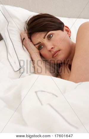 Bezorgd Woman Laying wakker In Bed