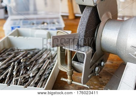 Grinding machine and a set of drill bits for sharpening