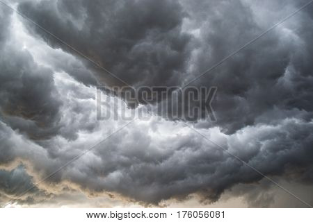 Horrifine clouds moving ahead of the storm being situated close to the ground