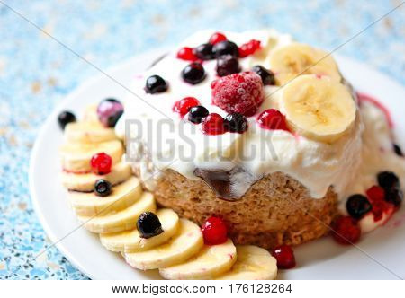 Healthy cake of oatmeal, yogurt, bananas and wild berries