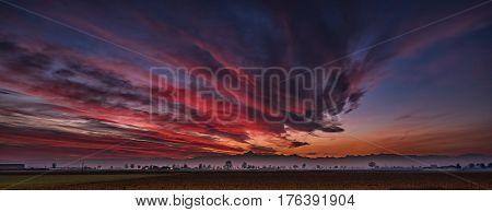 Tramonto novembrino nelle campagne cuneesi, la sera si tinge di rosso