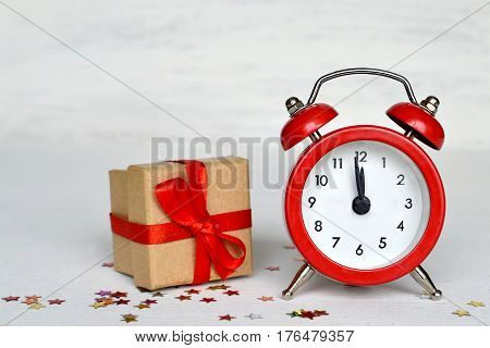 Happy New Year: Midnight clock and gift box