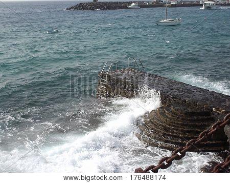 Escaleras para llegar al mar en dia de viento y mar agitado