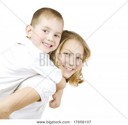 快乐的孩子姐姐和弟弟很开心