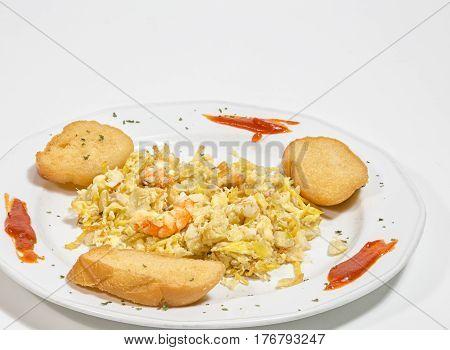 Revuelto de Bacalao  con gambas y rodajas de pan frito