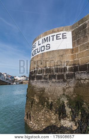 Speed limit 4 knots (in French) in the channel of la Chaume (Les Sables d'Olonne, France)