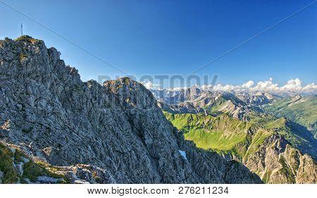 Ein Atemberaubendes Berg Panorama In Den Allgäuer Alpen Im Sommer. Im Vordergrund Ist Das Rauhorn Zu