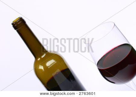 Glas und eine Flasche Rotwein