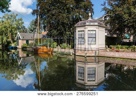 Edam, Netherlands - August 25, 2017: Garden House And Reflection In The Water In Edam, Netherlands