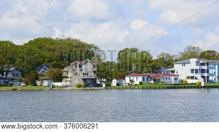 Virginia Beach, U.s.a - June 30, 2020 - The Waterfront Homes By Lake Holly