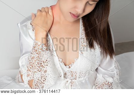 Shoulder Pain Or Dislocated Shoulder In A Woman, Ache Pinched Nerve In The Neck Or Shoulder, Women W