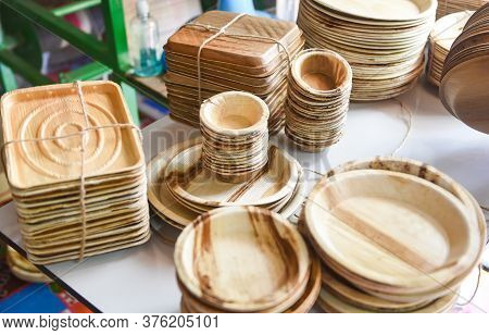 Eco Friendly Disposable Tableware From Palm Leaf Or Betel Nut , Zero Waste Environment Concept / Nat