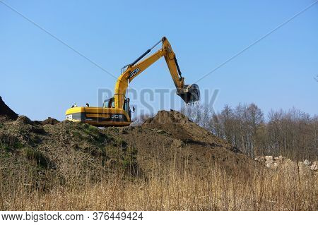 The Excavator Digs The Ground, The Excavator Works As A Bucket, Earthmoving Machinery In The Case, R