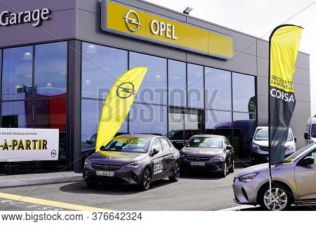 Bordeaux , Aquitaine / France - 07 07 2020 : Opel Car Logo On Shop Dealership With Yellow Sign Autom