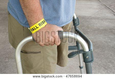 Behinderte Mann trägt eine Sturz-Risiko-Armband