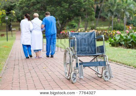 Physiotherapeuten helfen Patienten zu Fuß